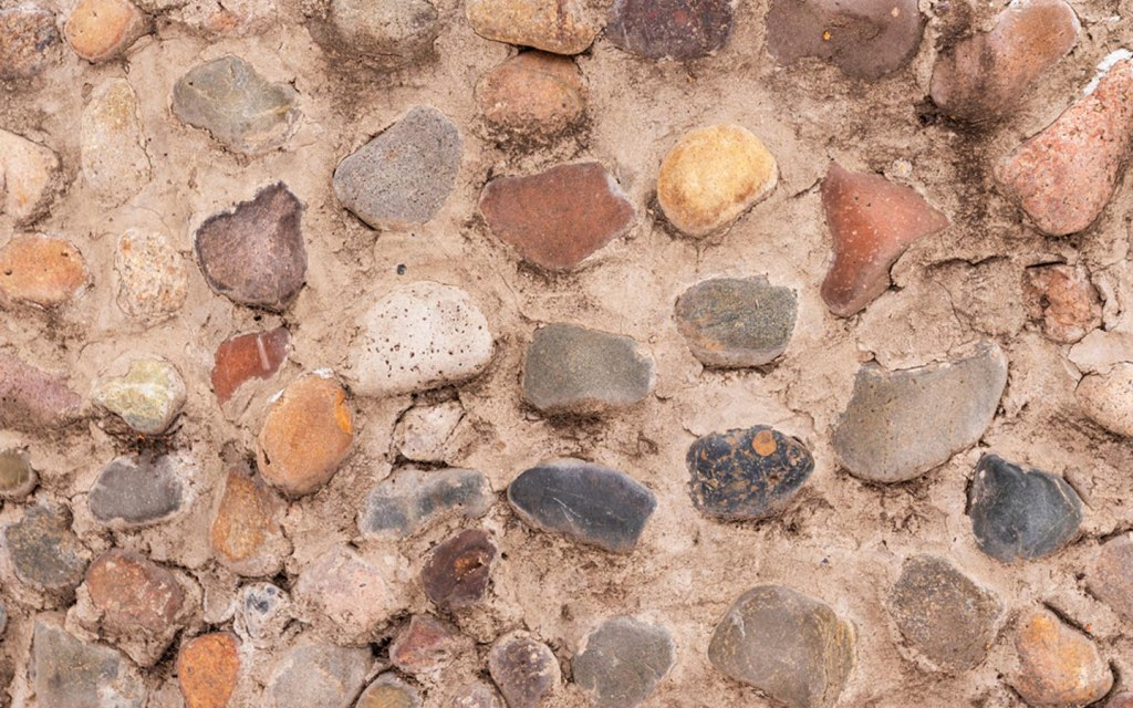 stones as decorative elements in a boundary wall