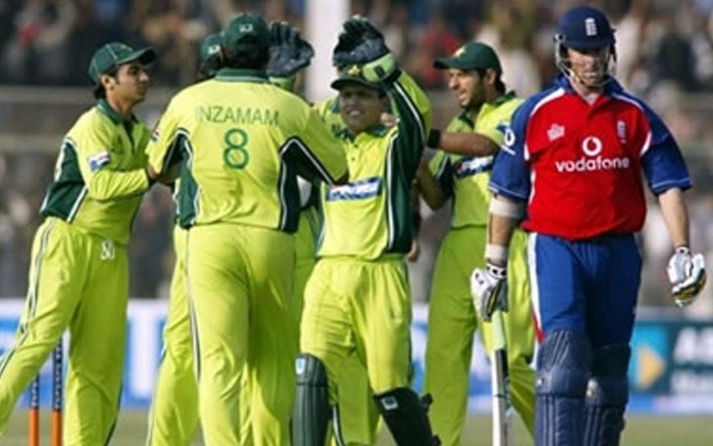 Pakistan cricket team cheering at National Stadium