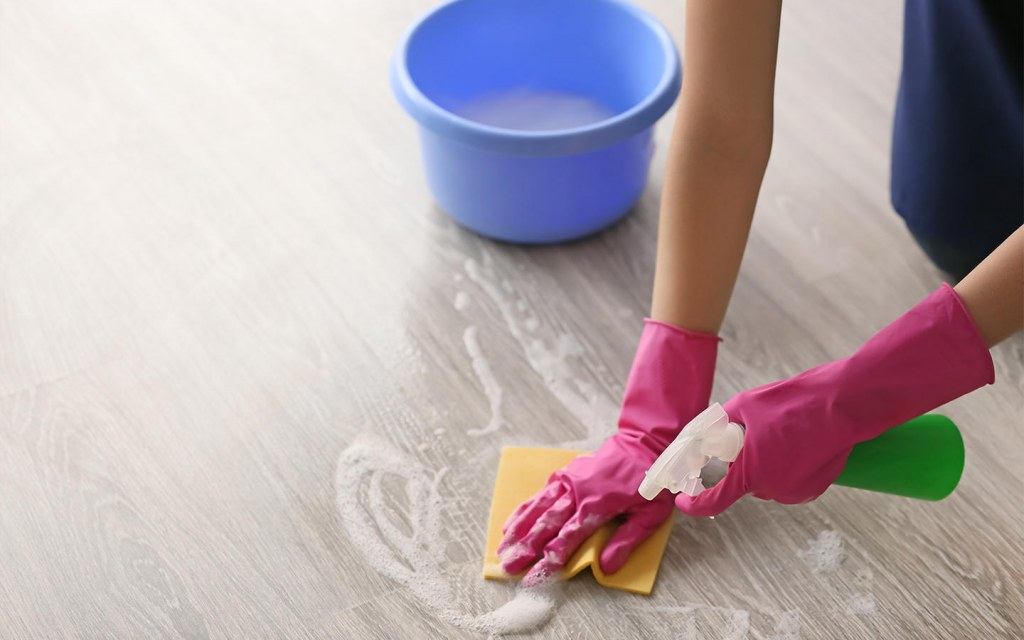 use dishwashing soap to remove remove latex paint from hardwood floors